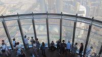 Turis di atas Burj Khalifa (Afif Farhan/detikTravel)