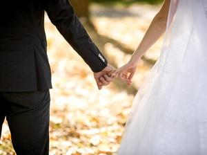 Kisah di Balik Pasangan yang Pasang Wajah Datar Saat Hari Pernikahan