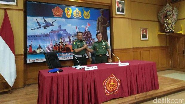 Danpuspom TNI Mayjen Dodik (kiri) dan Kapuspen TNI Mayjen Wuryanto (kanan)
