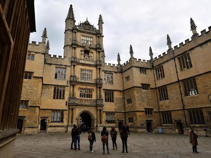 Oxford University sukses dinobatkan sebagai universitas paling top di dunia menurut Times Higher Education (THE).