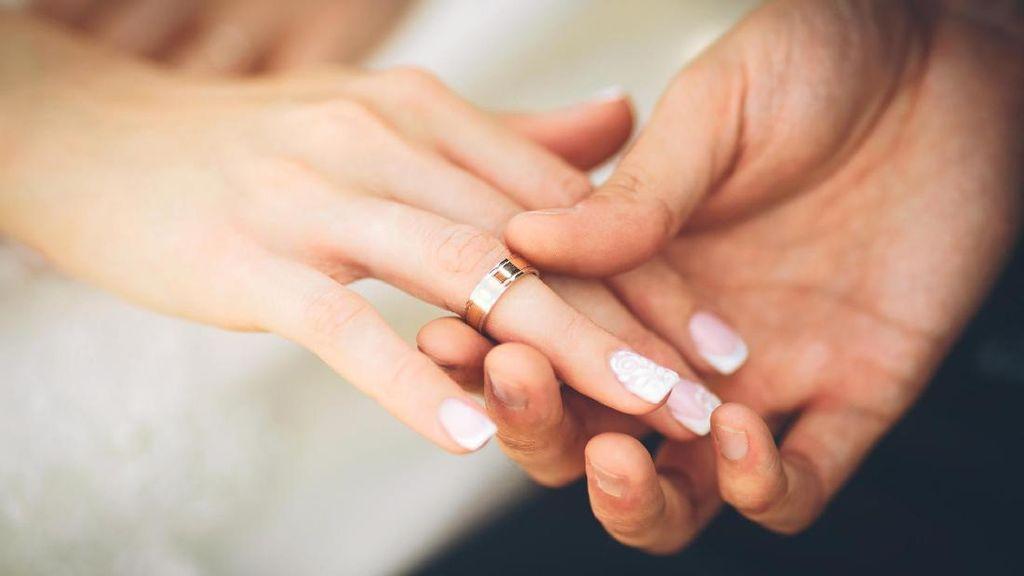 5 Keuntungan Sehat Punya Istri Lebih Muda