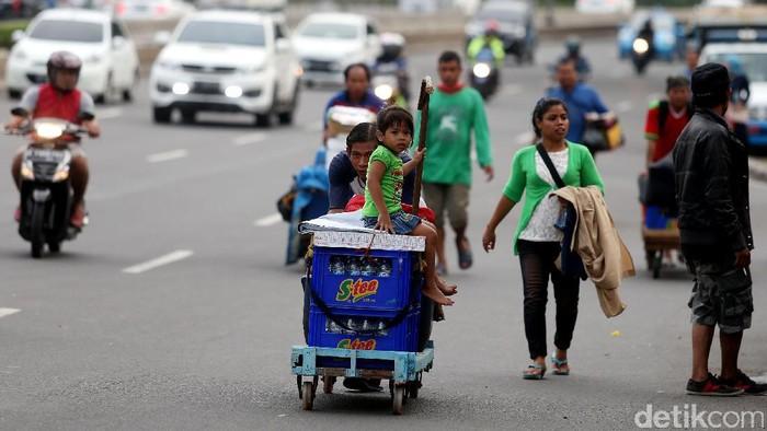 Jelang pergantian tahun, sejumlah pedagang kaki lima menjajakan dagangannya di sepanjang Jalan MH Thamrin.