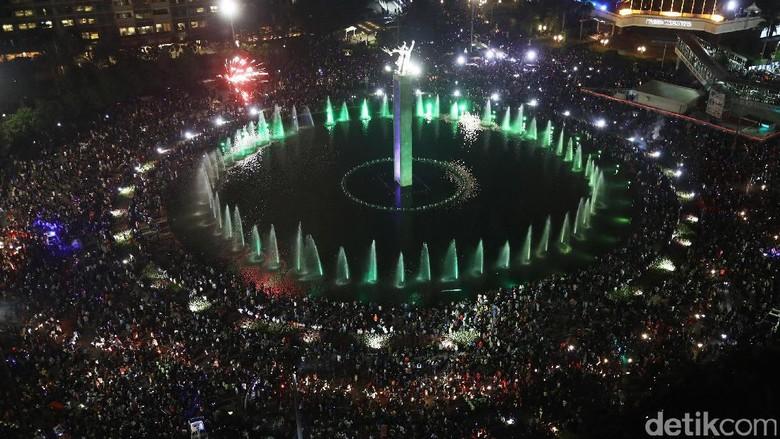 Suasana Kepadatan Perayaan Tahun Baru di Bundaran HI