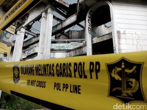 Rumah hantu Darmo dipasang garis kuning Pol PP Line