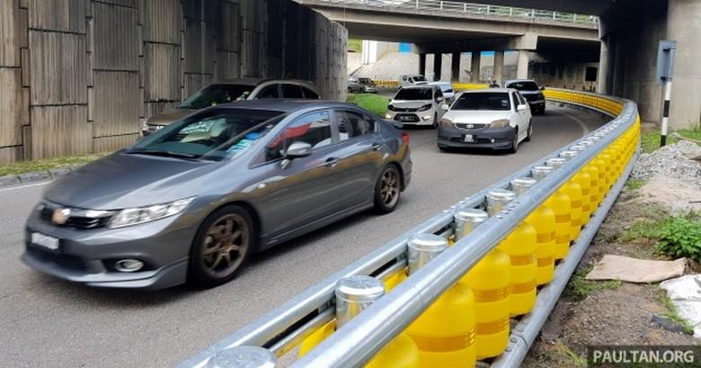 Pembatas tong silinder di jalan tol Malaysia. Foto: dok Paultan