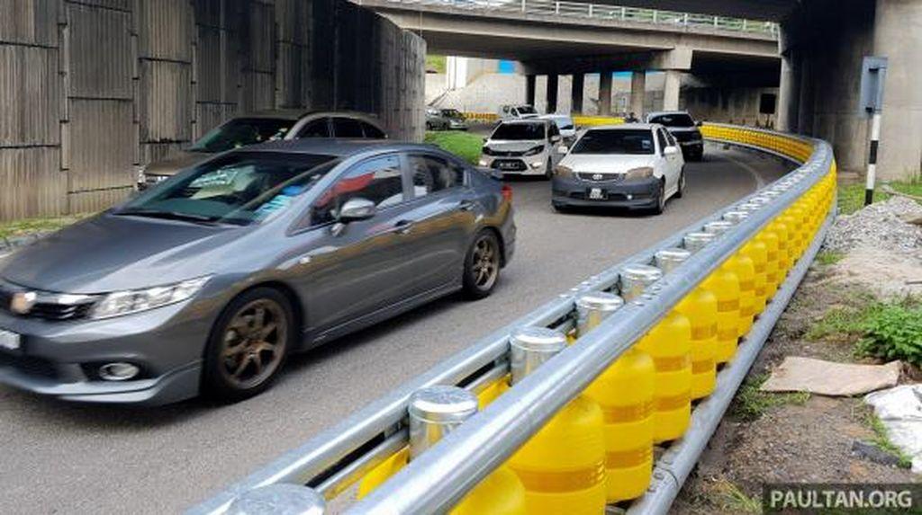 Ikuti Malaysia, Ridwan Kamil Akan Pasang Pembatas Jalan dari Tong