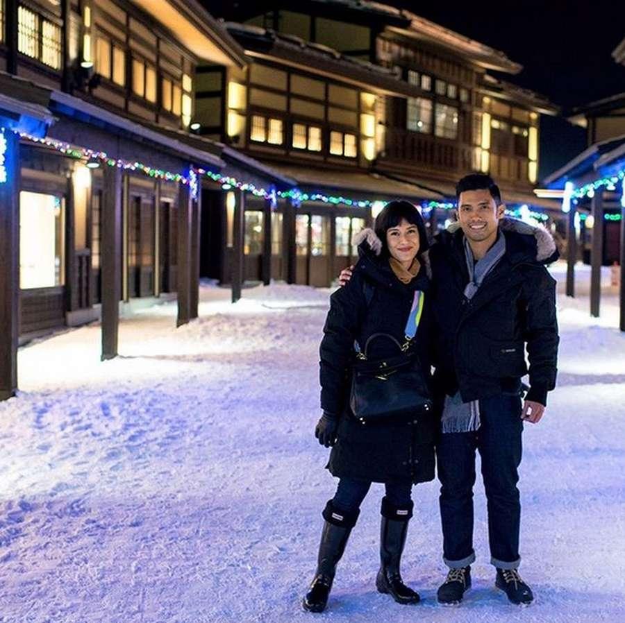Mesranya Dian Sastro Bersama Suami di Jepang