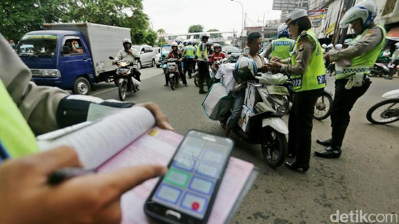 Ditlantas Polda Metro Jaya menggelar razia di Terminal Kampung Melayu, Jakarta, Rabu (4/1). Kepolisian menerapkan penindakan dengan sistem tilang elektronik (e-Tilang).