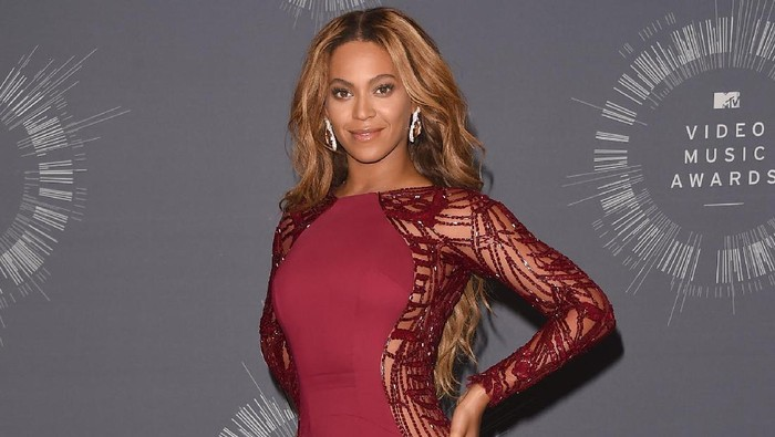 INGLEWOOD, CA - AUGUST 24:  Singer Beyonce, recipient of the Michael Jackson Video Vanguard Award, poses in the press room during the 2014 MTV Video Music Awards at The Forum on August 24, 2014 in Inglewood, California.  (Photo by Jason Merritt/Getty Images  for MTV)