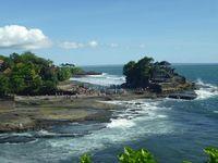 Tanah Lot di Bali yang tak pernah sepi wisatawan.