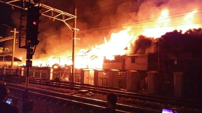 Kebakaran Dekat Stasiun Kota Hanguskan 90 Rumah 700 Jiwa Terdampak