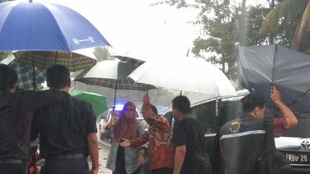Hujan Lebat, Sri Mulyani Kunjungi Pengungsi Pidie Jaya