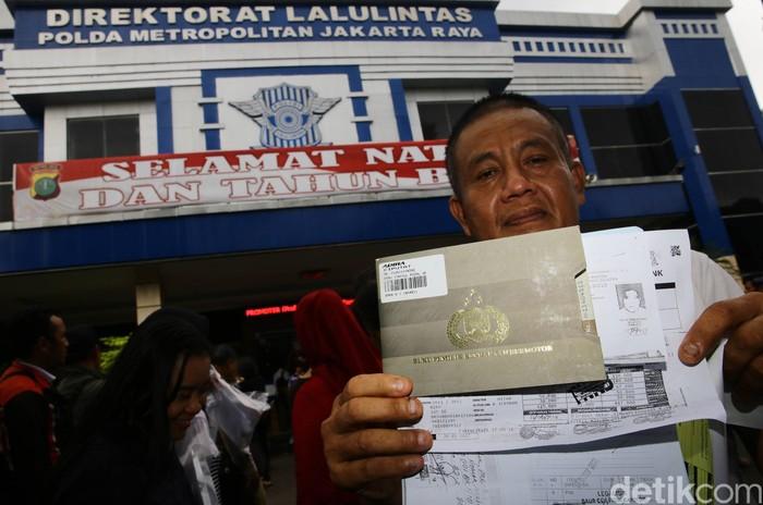 Biaya pengurusan STNK dan BPKB naik mulai 6 Januari 2017. Jelang kenaikan biaya tersebut, Direktorat Lalu Lintas (Ditlantas) Polda Metro Jaya dipadati warga yang akan mengurus STNK, Kamis (5/1/2017).