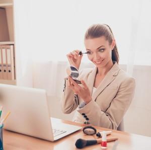 Tips Tampil Menarik Saat Meeting Online dengan Video Call Selama WFH