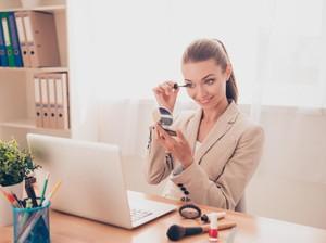 7 Makeup Praktis untuk Cewek-cewek yang Malas Dandan Saat Pagi