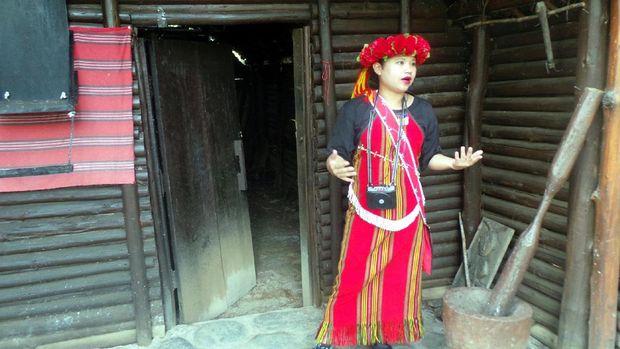 Pemandu kami menjelaskan soal ritual pernikahan unik Suku Atayal (Wahyu/detikTravel)
