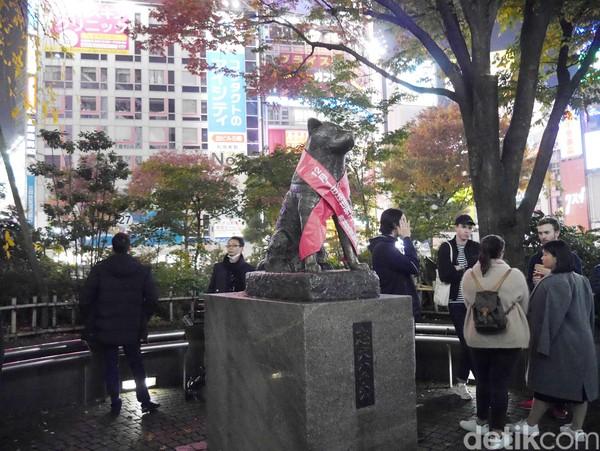 Kisah Hachiko si anjing setia pun juga diabadikan dalam bentuk monumen dan film. Patungnya bisa kamu temukan di Shibuya Crossing. ( Kurnia/detikTravel)