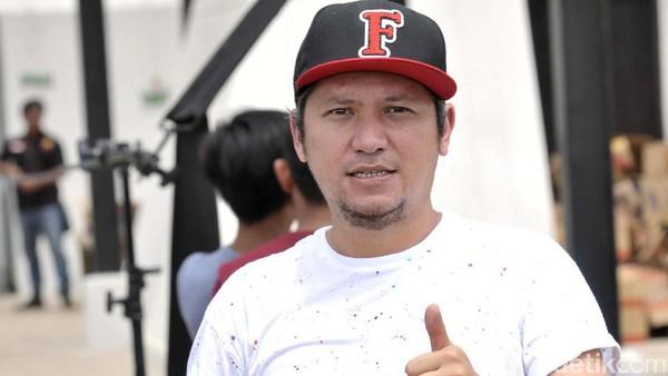 Gading Marten Pose 1 Jari Dukung Jokowi, Jaketnya Bikin Salfok