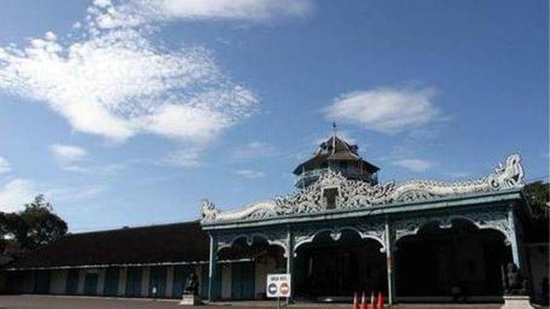 Keraton Surakarta menjadi bangunan yang eksotis di zamannya. Di sini, kamu bisa berkeliling melihat koleksi benda kuno peninggalan sejarah di museum. (Surakarta.go.id)