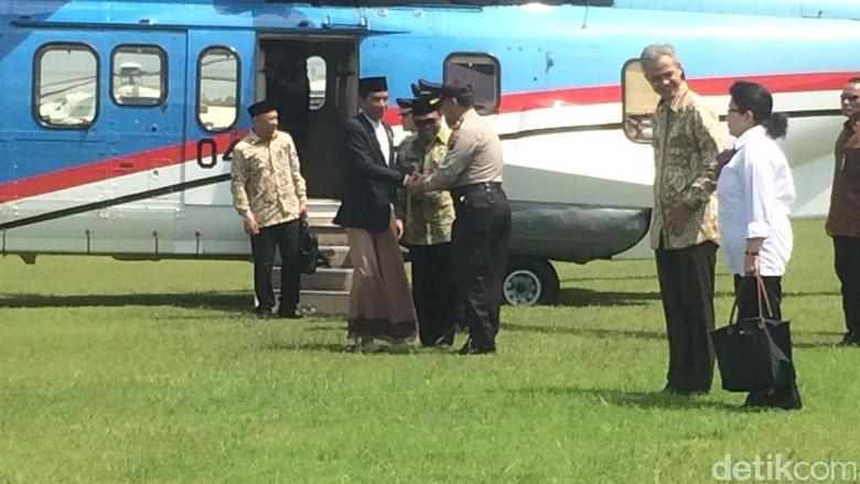 Momen Jokowi Bersarung: Turun dari Pesawat Hingga Tahun Baruan