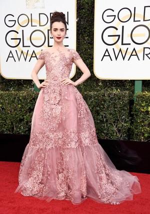Perdana Masuk Nominasi, Lily Collins Tampil Bak Princess