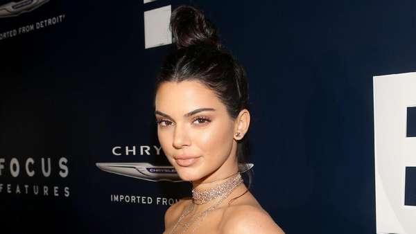 Kendall dan Kylie Jenner Tampil Glamour di Golden Globe 2016