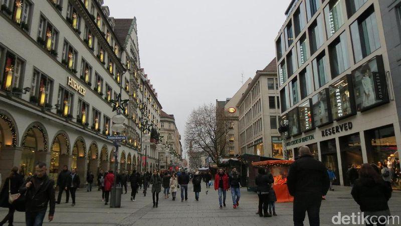 Berada di Jerman, Munich memiliki infrastruktur yang baik. Hal ini terlihat dari ramahnya kota ini bagi pejalan kaki. Kamu bisa traveling anti macet dengan melewati pemandangan Bavaria, gedung-gedung publik dan taman-taman yang sangat memukau (Fitraya Ramadhanny/detikTravel)
