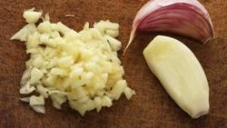 7 Cara Menyimpan Bawang Putih Cincang Agar Awet dan Praktis