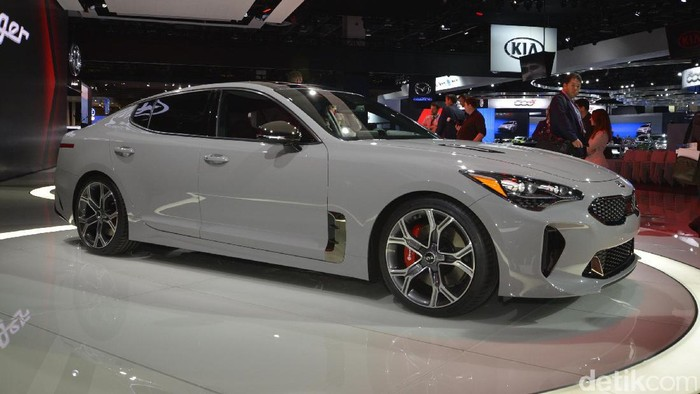 KIA akhirnya meluncurkan sedan sport yaitu KIA Stringer di ajang Detroit Auto Show 2017.