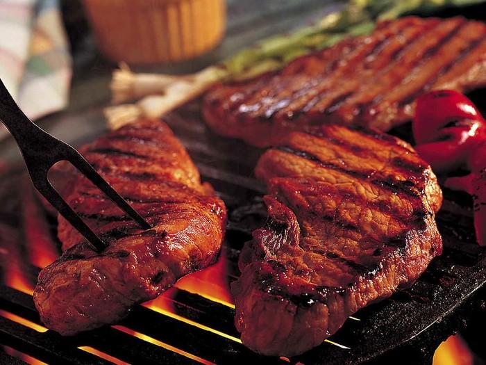 Selain menurunkan berat badan, mengurangi konsumi daging juga dapat mengurangi risiko terkena beberapa penyakit berbahaya. Foto: GettyImages