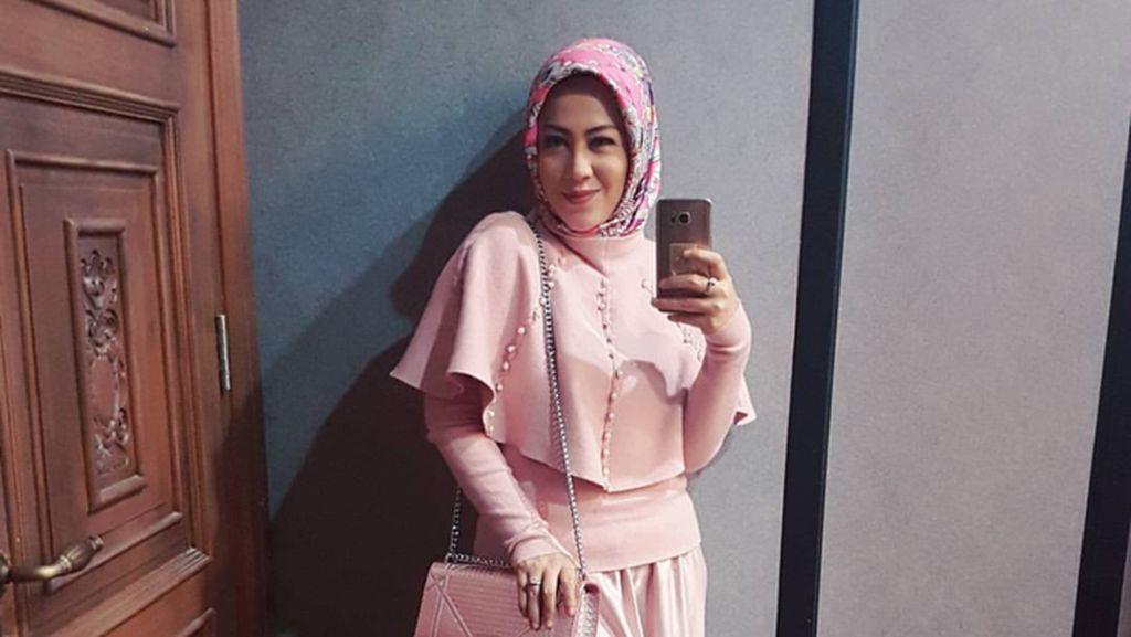 Foto: Manisnya Istri Denny Cagur yang Kini Berhijab