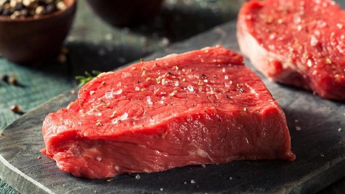 Makan di restoran akhir pekan? Ingat konsumsi garam jangan berlebihan. (Foto: GettyImages)