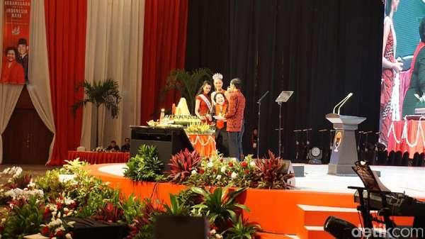 Mega Potong Tumpeng HUT PDIP, Piring Pertama untuk Jokowi