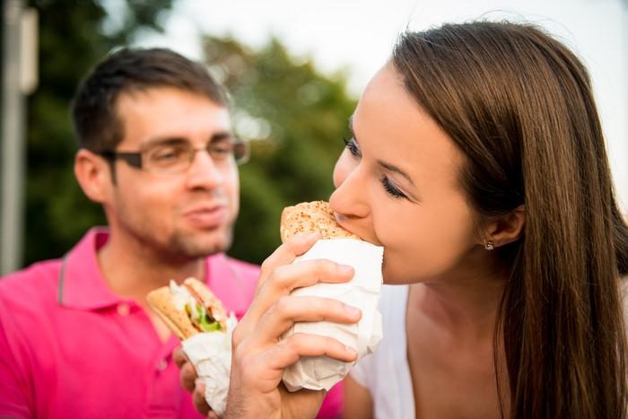 Banyak yang bilang jika sudah menikah maka berat badan akan bertambah. Ternyata anggapan tersebut benar adanya. Seiring Anda merasa lebih nyaman dengan pasangan dan mendapatkan rasa aman, Anda mungkin tidak merasa perlu untuk menjaga image, kata Hershenson. (Foto: Thinkstock)