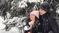 Mereka tampak romantis saat menikmati hujan salju. (Dok. Instagram/asmirandah89)
