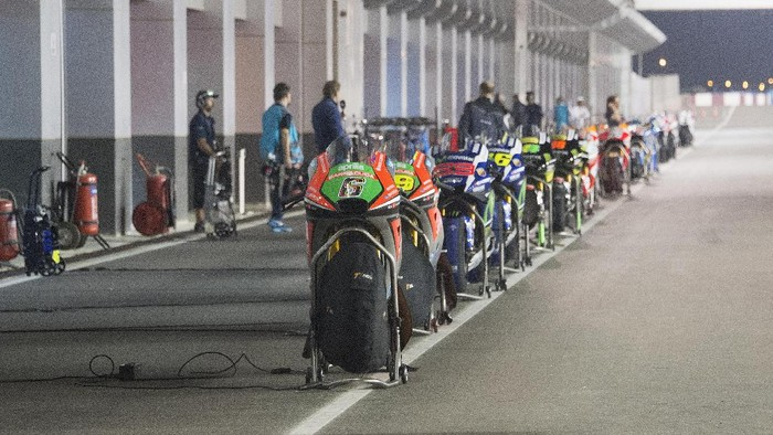 DOHA, QATAR - MARCH 20: The MotoGP second bikes parl in front at box during the MotoGP race during the MotoGp of Qatar - Race at Losail Circuit on March 20, 2016 in Doha, Qatar. (Photo by Mirco Lazzari gp/Getty Images)