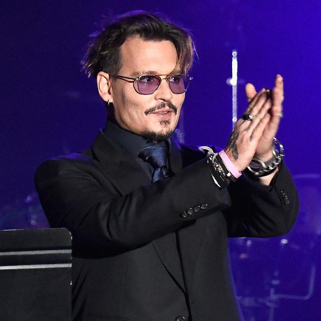 Johnny Depp Hadapi Perceraian dengan Vodka dan Tangisan