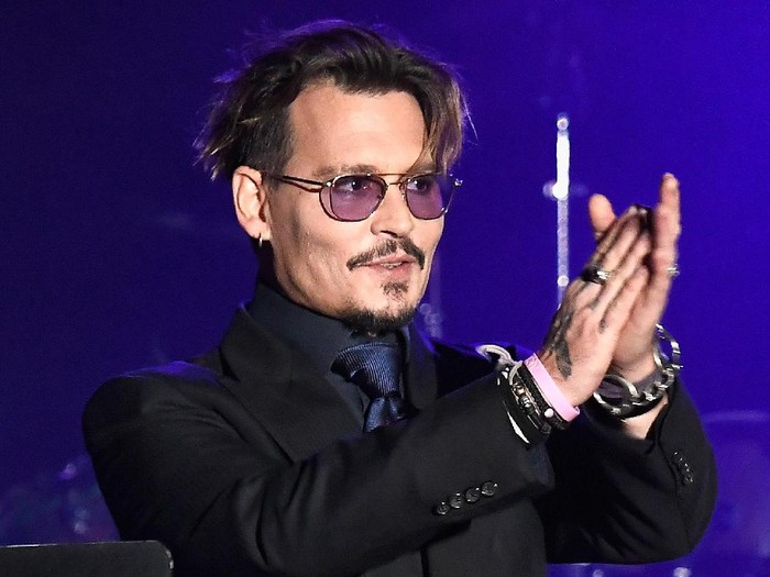 LOS ANGELES, CA - NOVEMBER 03:  Actor Johnny Depp is honored at the 2016 Rhondas Kiss Benefit at El Rey Theatre on November 3, 2016 in Los Angeles, California.  (Photo by Frazer Harrison/Getty Images)