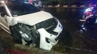kecelakaan 2 mobil di pasar minggu peugeot putih rusak parah. Black Bedroom Furniture Sets. Home Design Ideas