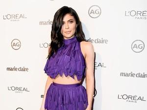 Kylie Jenner & Kakaknya Pakai Gaun Seksi yang Sama, Siapa Lebih Baik?