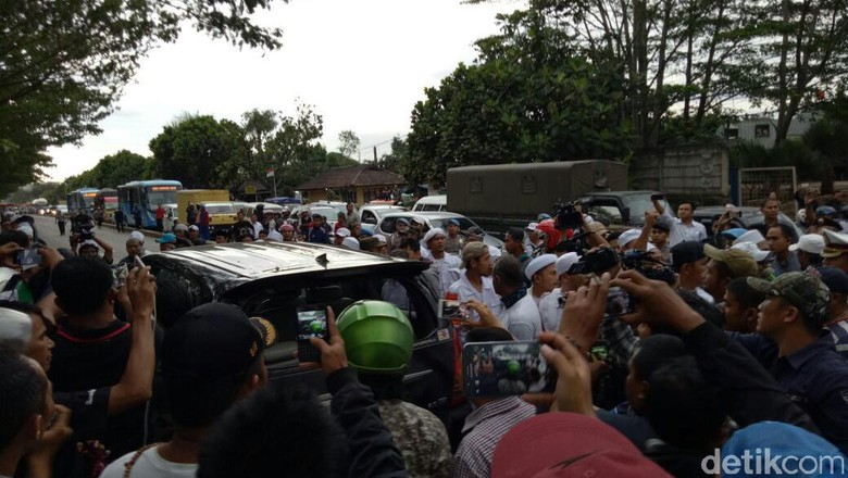 Massa FPI dan Polisi Bersitegang di Dekat Mapolda Jabar
