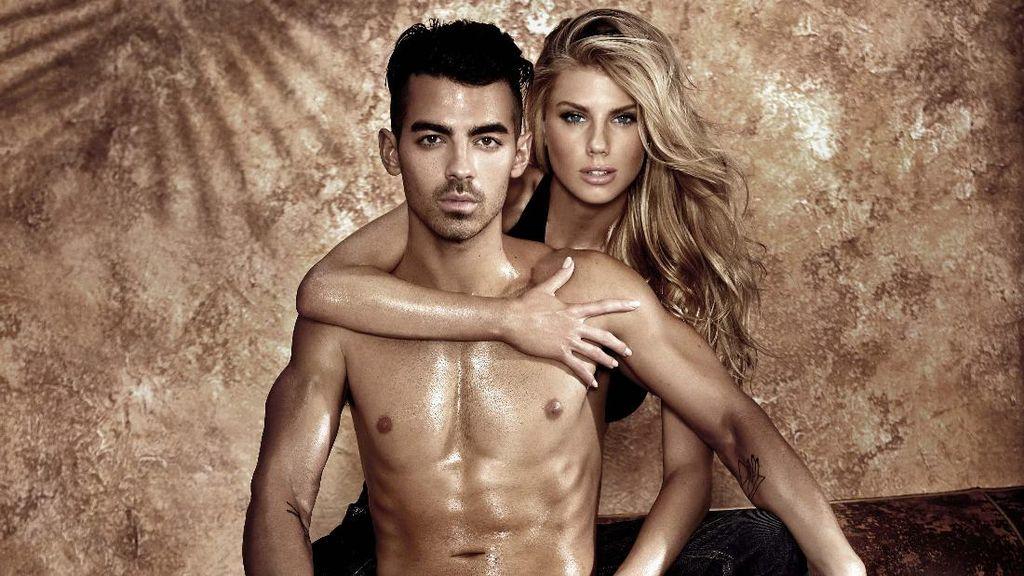 Seksinya Joe Jonas Berpose Topless untuk Iklan Guess Underwear
