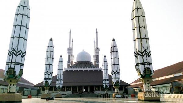 Selain langitnya sama-sama indah saat senja, masjid ini pun punya deretan paying raksasa yang bisa dibuka-tutup untuk menaungi jamaah. Pemandangan ini hampir sama indahnya dengan suasana sore yang syahdu di masjid Rasulullah SAW. Anggita R. K. Wardani/dtraveler
