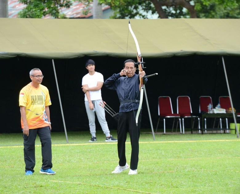 Persiapan Ikut Kejuaraan, Jokowi Latihan Memanah di Bogor