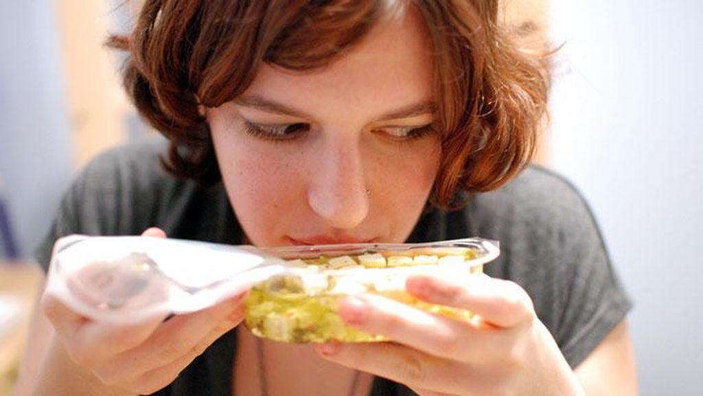 8 Makanan yang Sering Jadi Perantara Bakteri Penyebab Keracunan