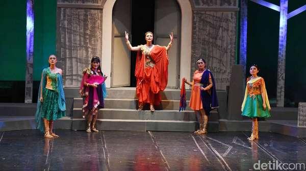Aksi Citra Kirana di Panggung Teater Lysistrata