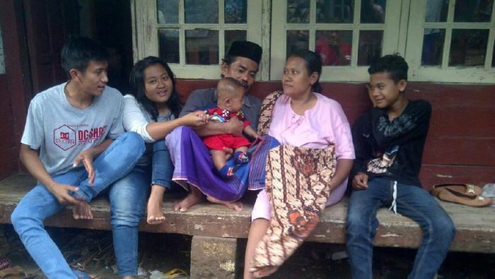 Tajudin (memakai kopiah) dengan keluarganya (dok.lbh keadilan)