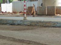 Besi menonjol di sisi badan jalan