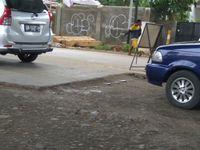 Besi menonjol di pertemuan antara jalan yang sudah dibeton dan yang masih rusak