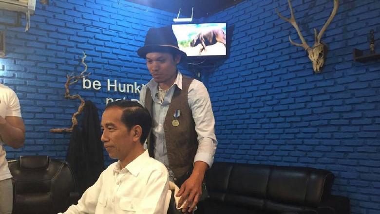 Saat Jokowi Cukur Rambut di Barbershop Anak Muda 5ba1d9afd4